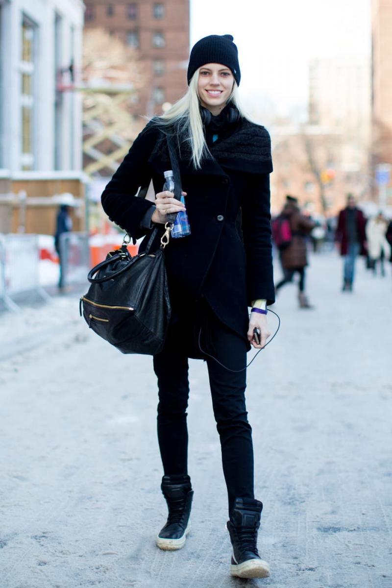 Шапки и пальто - фото 1